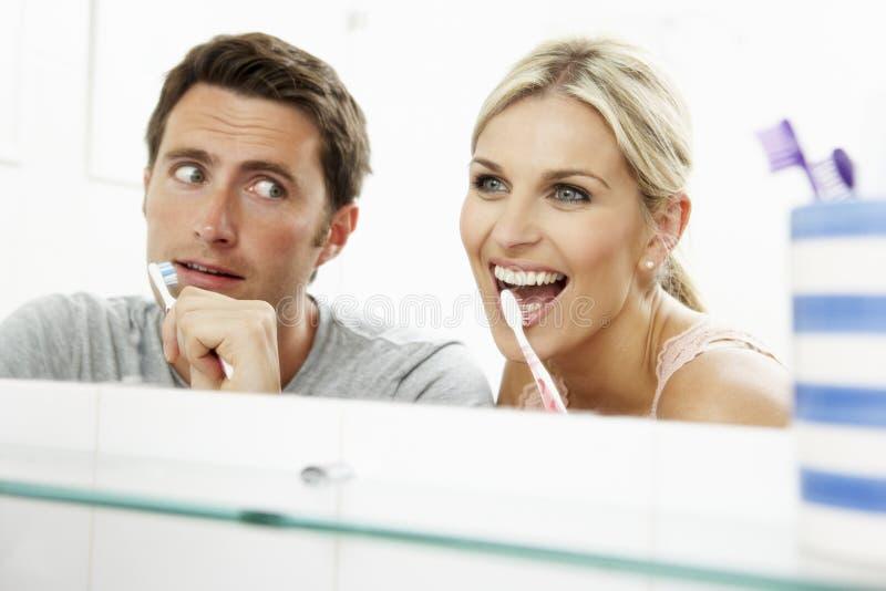 Coppie in denti di spazzolatura della stanza da bagno fotografie stock libere da diritti