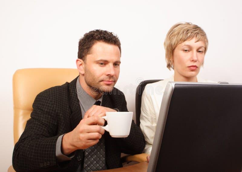 Coppie di affari che lavorano al computer portatile immagini stock libere da diritti