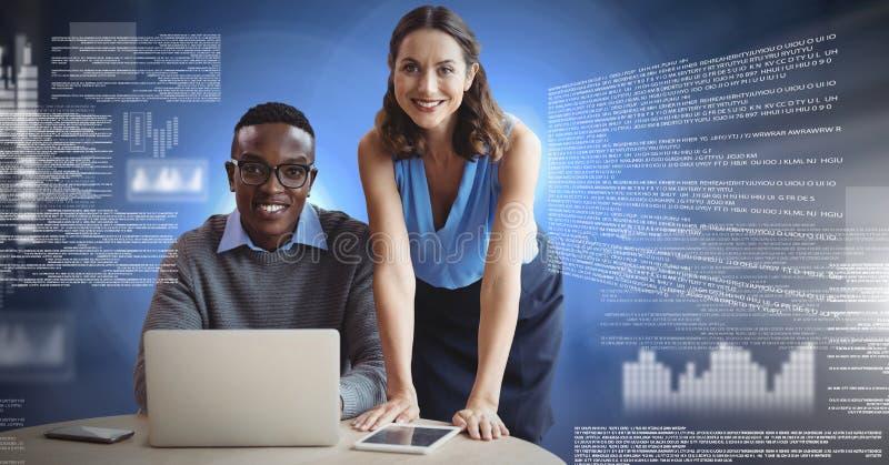 Coppie di affari che lavorano al computer portatile con l'interfaccia del testo dello schermo immagini stock