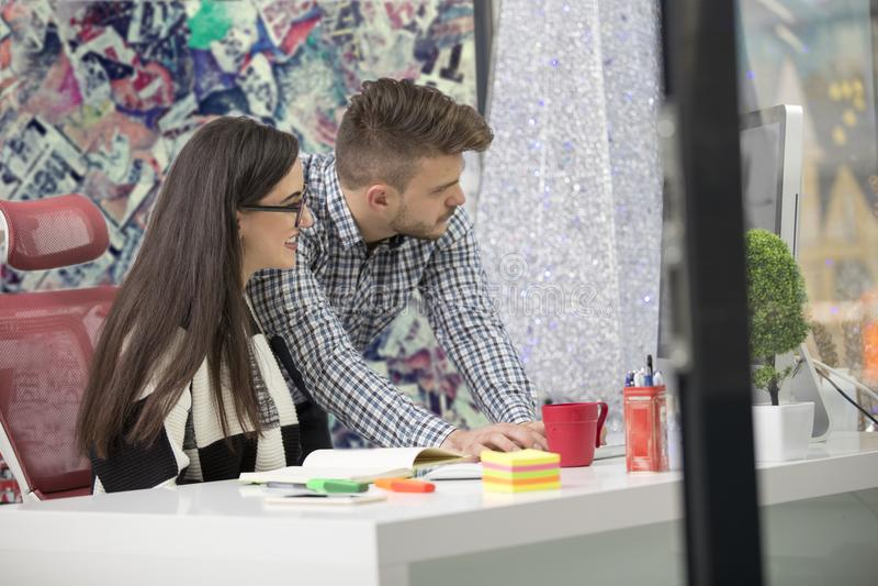 Coppie di affari che lavorano insieme sul progetto all'ufficio startup moderno fotografie stock