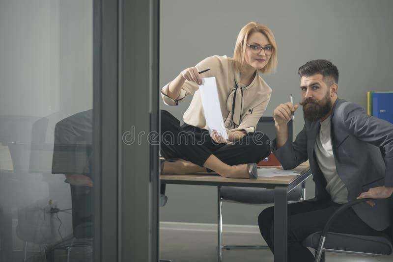 Coppie di affari che lavorano insieme sul progetto all'ufficio startup moderno immagini stock libere da diritti