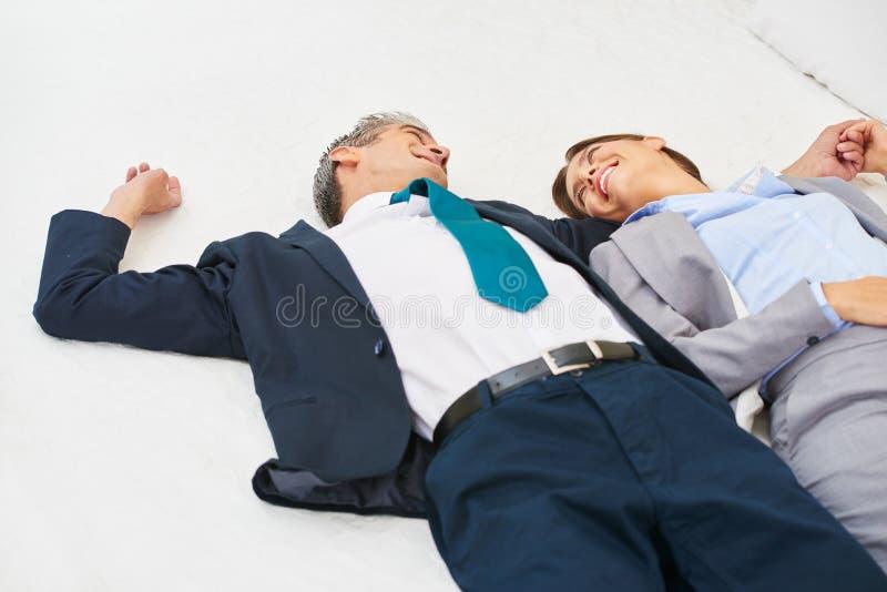 Coppie di affari sul letto nella camera di albergo fotografia stock
