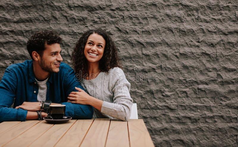 Coppie di amore alla caffetteria fotografie stock