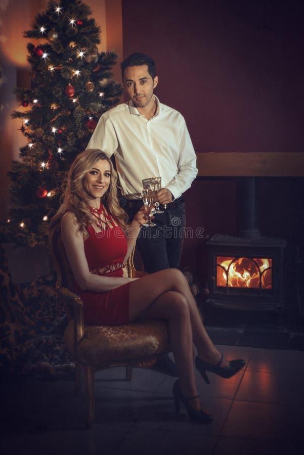 Coppie di amore che celebrano con Champagne fotografia stock