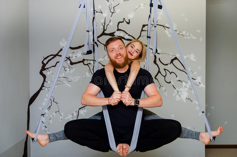Coppie di amore che fanno insieme yoga Esercizio di paia Stile di vita sano, hobby sano immagini stock libere da diritti