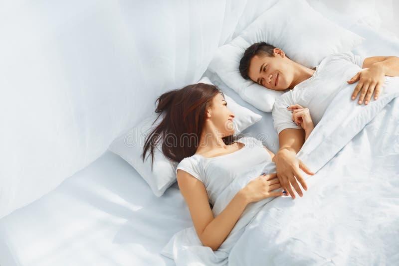 Coppie di amore a letto fotografia stock