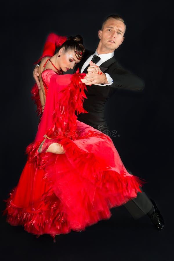 Coppie di ballo di Ballrom in una posa di ballo isolate su fondo nero fotografie stock libere da diritti