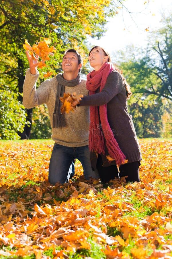 Coppie di caduta di autunno immagini stock