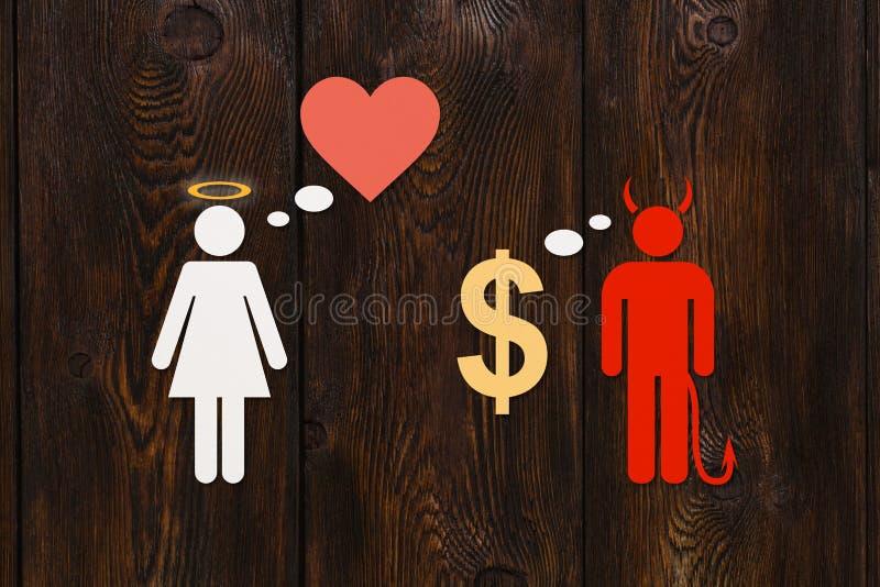 Coppie di carta, amore contro soldi Immagine concettuale astratta immagini stock