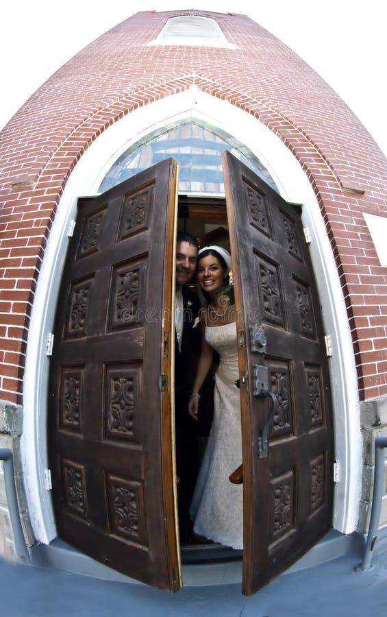 Coppie di cerimonia nuziale alla chiesa fotografia stock