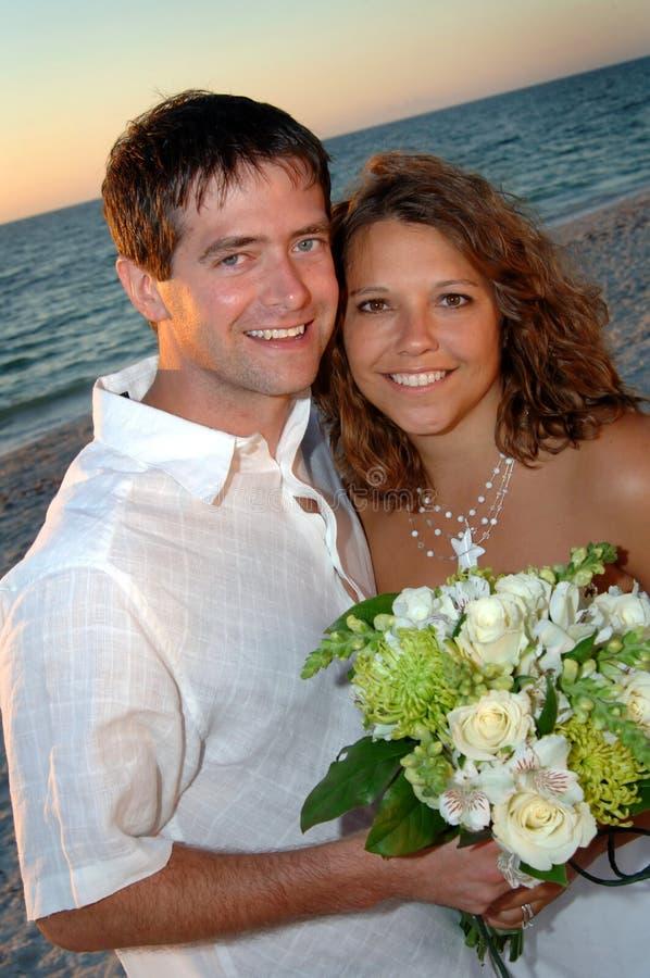 Coppie di cerimonia nuziale di spiaggia fotografie stock libere da diritti
