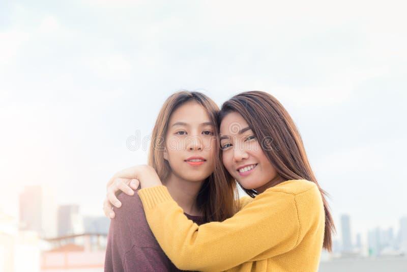 Coppie di giovani donne asiatiche sopra costruzione con la felicità Mo immagini stock libere da diritti