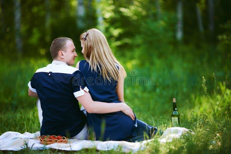 Coppie di luna di miele in foresta fotografia stock libera da diritti