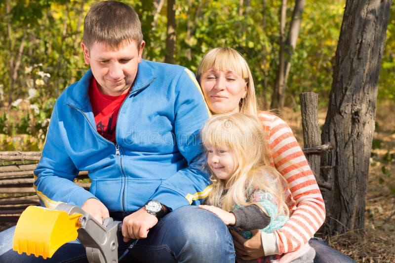 Coppie di medio evo con una ragazza che si siede su un banco fotografie stock libere da diritti