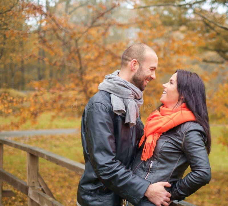 Coppie di mezza età all'aperto un giorno di autunno fotografie stock libere da diritti