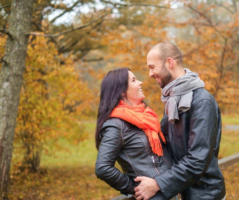 Coppie di mezza età all'aperto un giorno di autunno fotografia stock libera da diritti