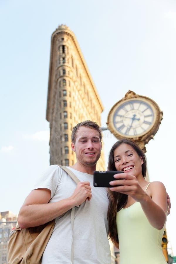 Coppie di New York che prendono ferro da stiro turistico NYC del selfie immagine stock