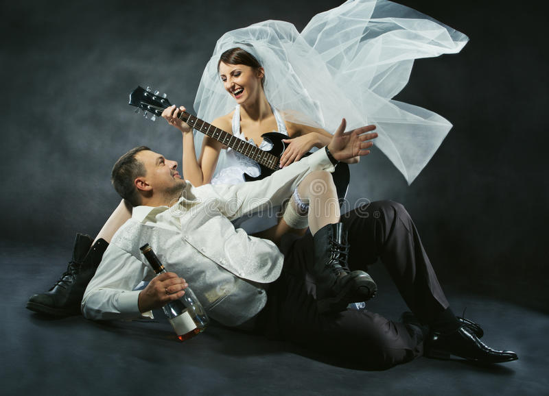 Coppie di nozze che celebrano, cantanti, beventi e giocanti chitarra immagini stock
