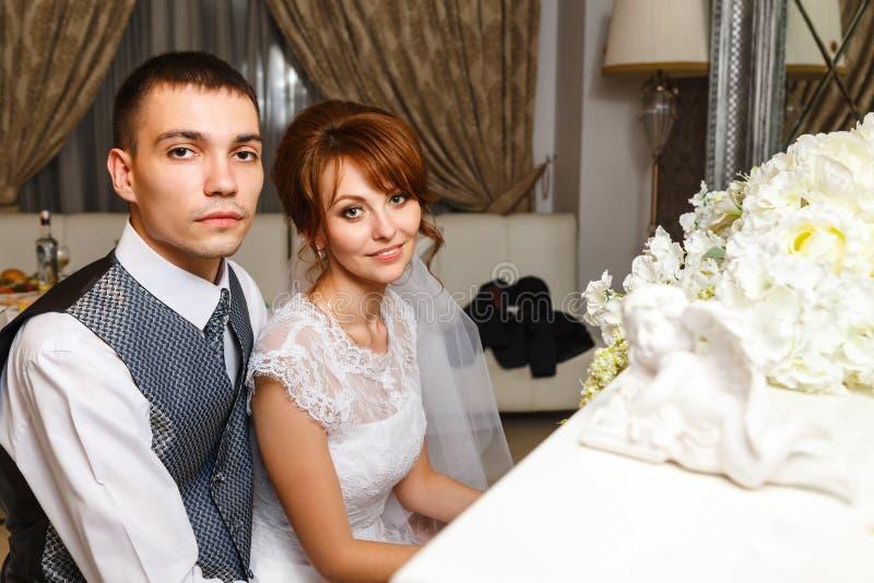 Coppie di nozze che giocano su un piano immagini stock libere da diritti