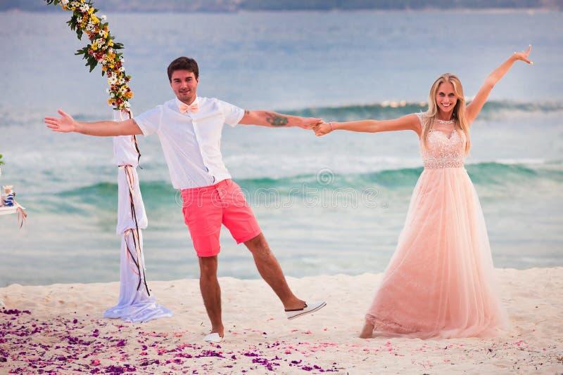 Coppie di nozze sposate appena fotografia stock