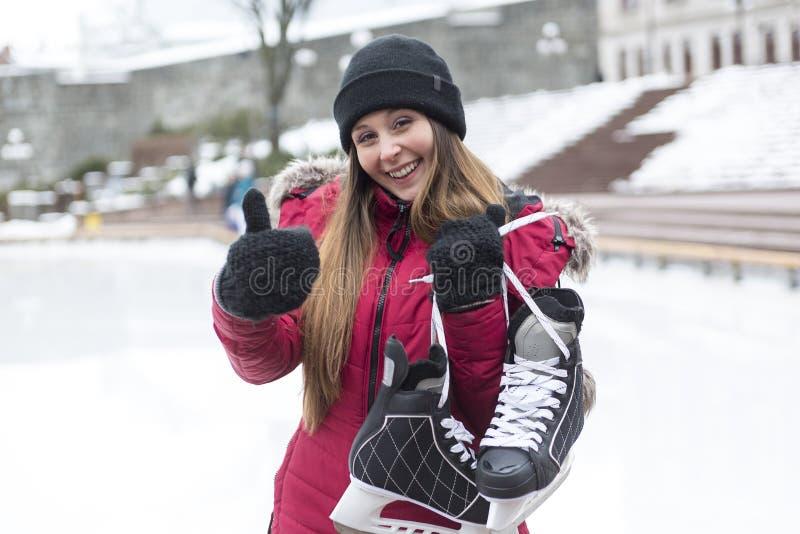 Coppie di pattinaggio su ghiaccio che hanno divertimento di inverno sui pattini da ghiaccio immagini stock