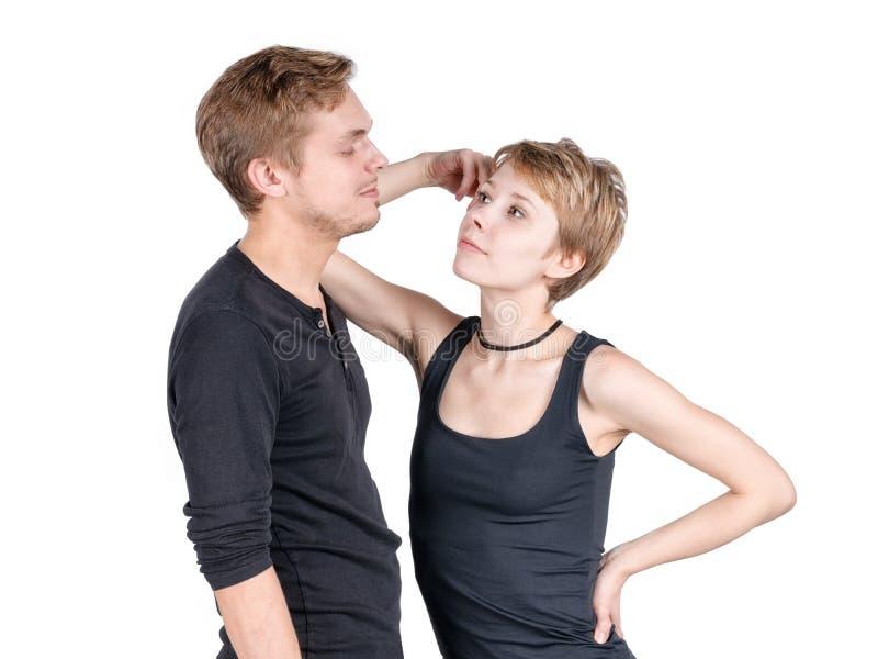 Coppie di sguardo allegre moderne Ragazza che si appoggia il suo ragazzo e che esamina defiantly lui immagini stock libere da diritti