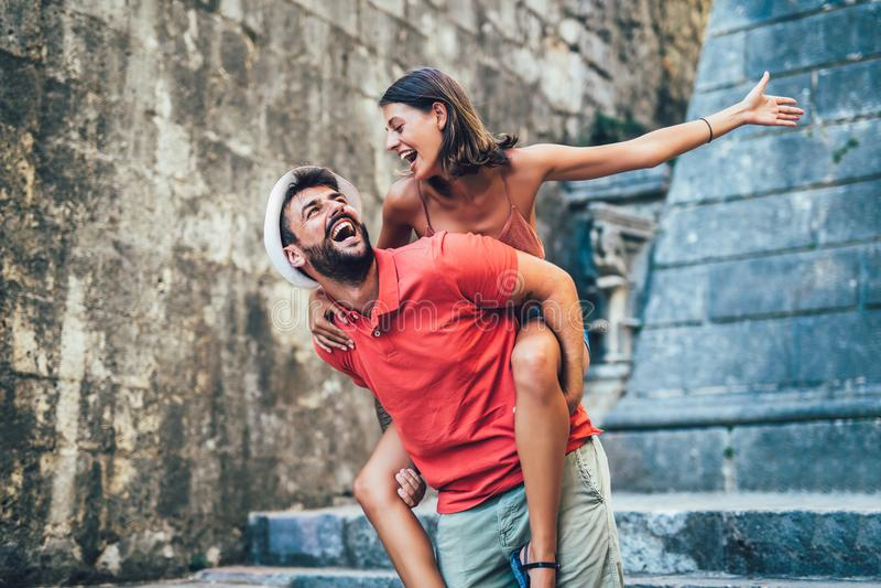 Coppie di viaggio dei turisti che camminano intorno alla vecchia città immagini stock libere da diritti