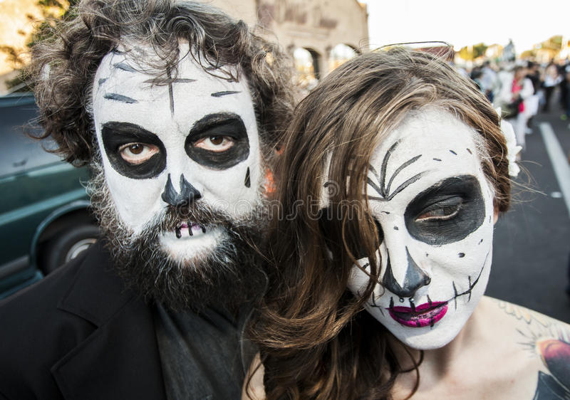 Coppie in Dia De Los Muertos Face Paint fotografia stock libera da diritti