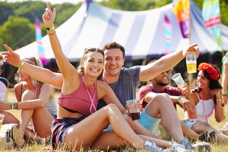 Coppie divertendosi al festival di musica immagini stock libere da diritti