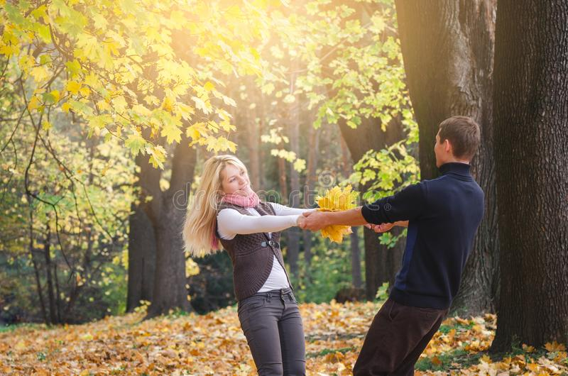 Coppie divertendosi nel parco di autunno fotografia stock libera da diritti