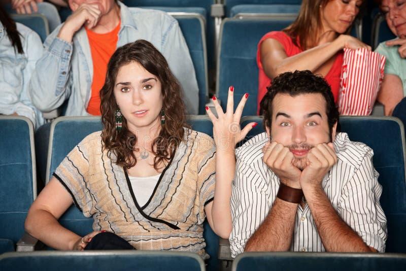 Coppie divertenti nel teatro immagini stock libere da diritti