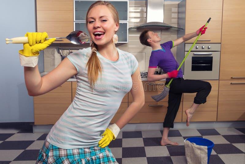 Coppie divertenti sulla cucina fotografia stock