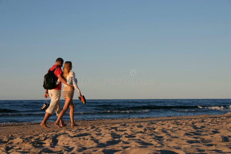 Coppie durante lo stroll della spiaggia fotografia stock libera da diritti