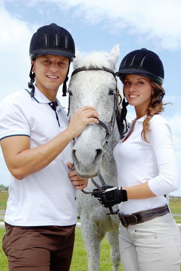 Coppie e cavallo fotografia stock