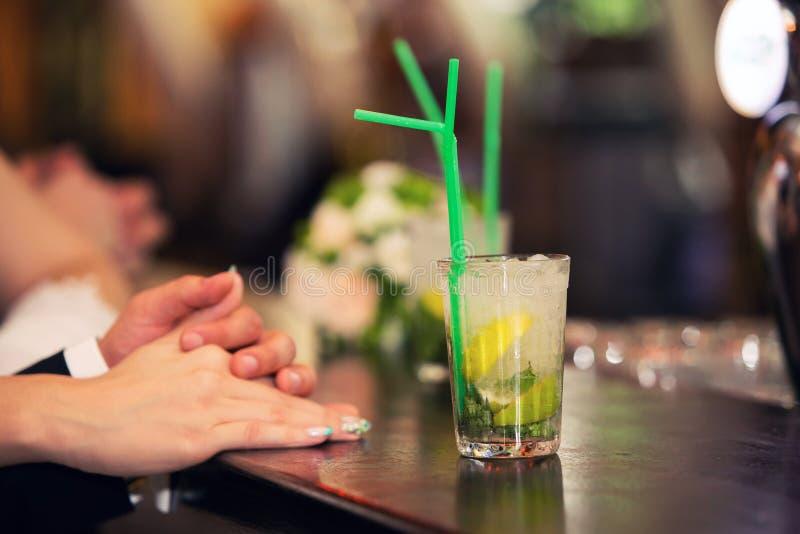 Coppie e cocktail amorosi di un mojito immagine stock libera da diritti