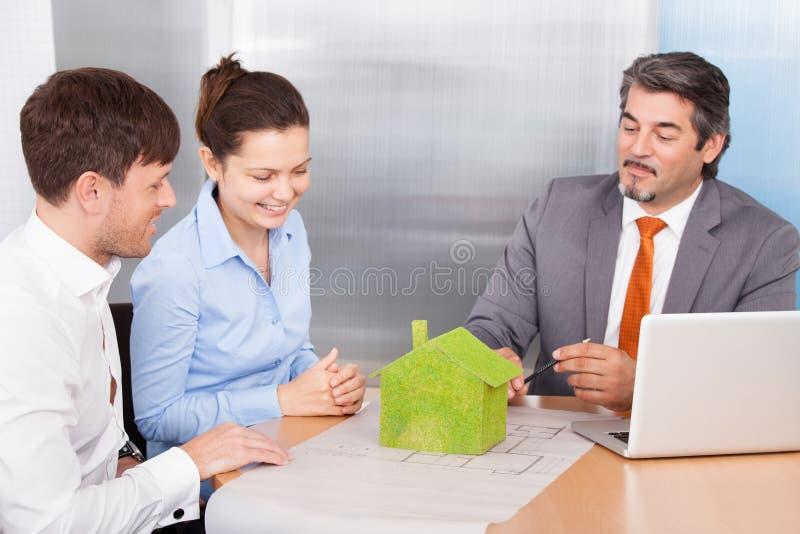 Coppie e consulente Discussing Together immagini stock libere da diritti