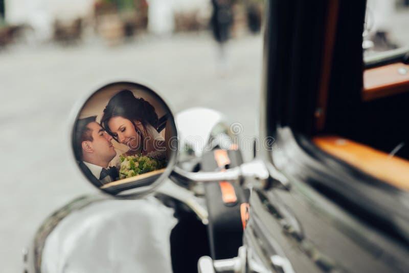 Coppie eleganti di lusso di nozze che baciano e che abbracciano nella b alla moda immagini stock