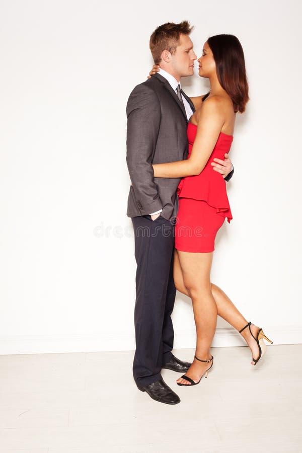 Coppie eleganti romantiche in un abbraccio intimo fotografia stock libera da diritti