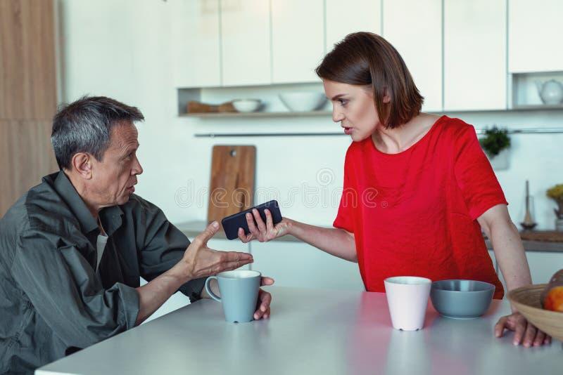 Coppie emozionali che discutono la finanza durante il tempo del tè fotografia stock