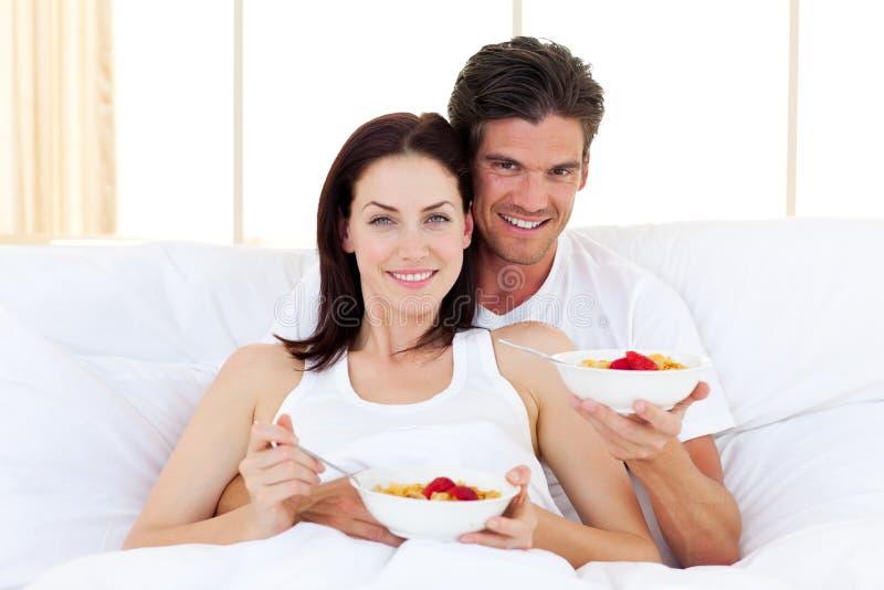 Coppie Enamoured che mangiano prima colazione immagine stock libera da diritti