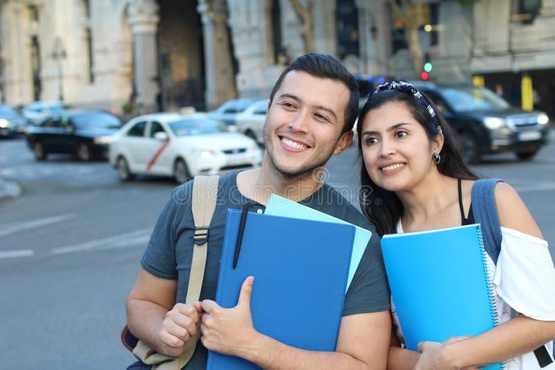 Coppie estatiche degli studenti internazionali etnici all'estero fotografie stock