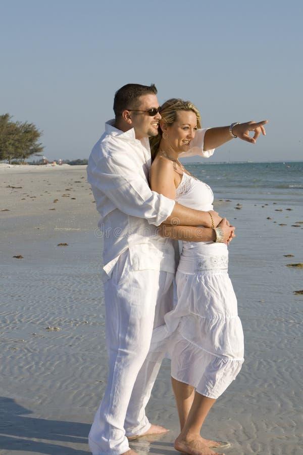 Coppie felici all'oceano. immagini stock
