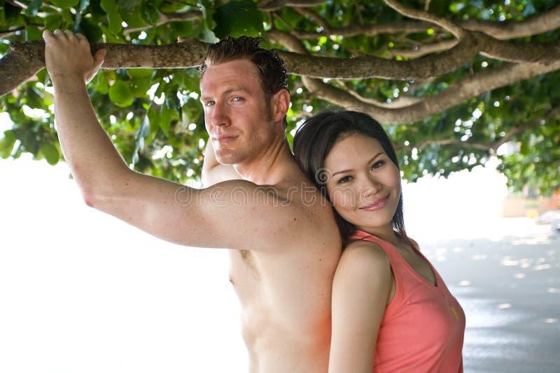 Coppie felici alla spiaggia fotografie stock libere da diritti