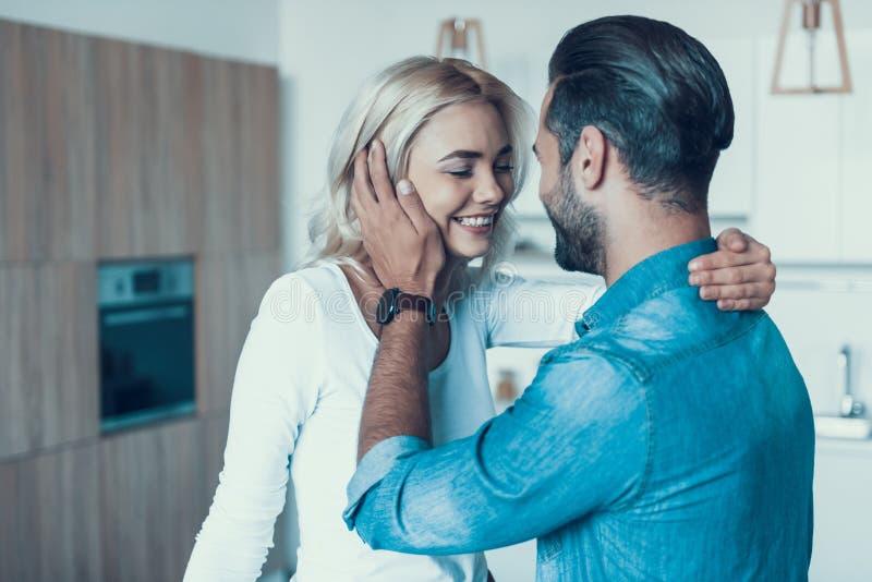 Coppie felici amorose insieme in cucina fotografie stock libere da diritti