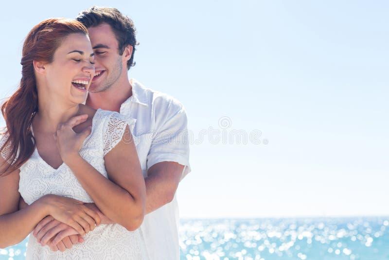 Coppie felici che abbracciano insieme e che ridono fotografie stock libere da diritti