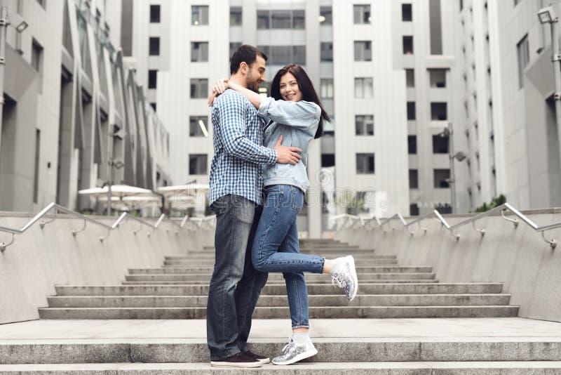 Coppie felici che abbracciano in vicolo fotografia stock