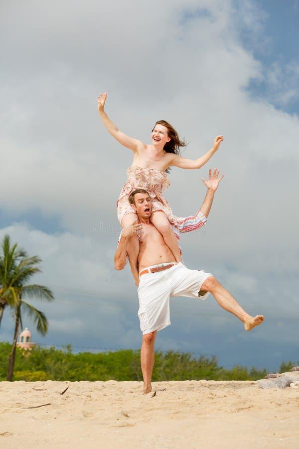 Coppie felici che camminano sulla spiaggia Conservazione dell'equilibrio fotografie stock libere da diritti
