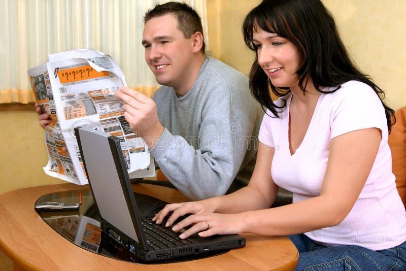 Coppie Felici Che Cercano Le Informazioni Immagine Stock Libera da Diritti