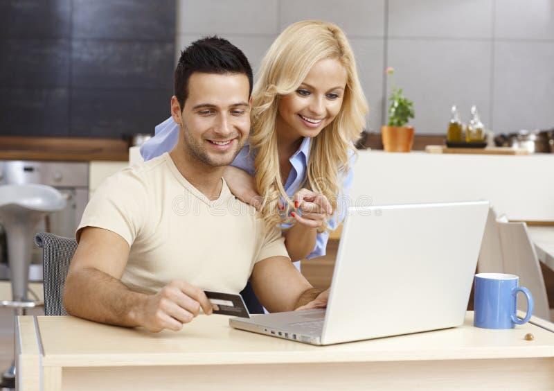 Coppie felici che comperano online fotografia stock libera da diritti