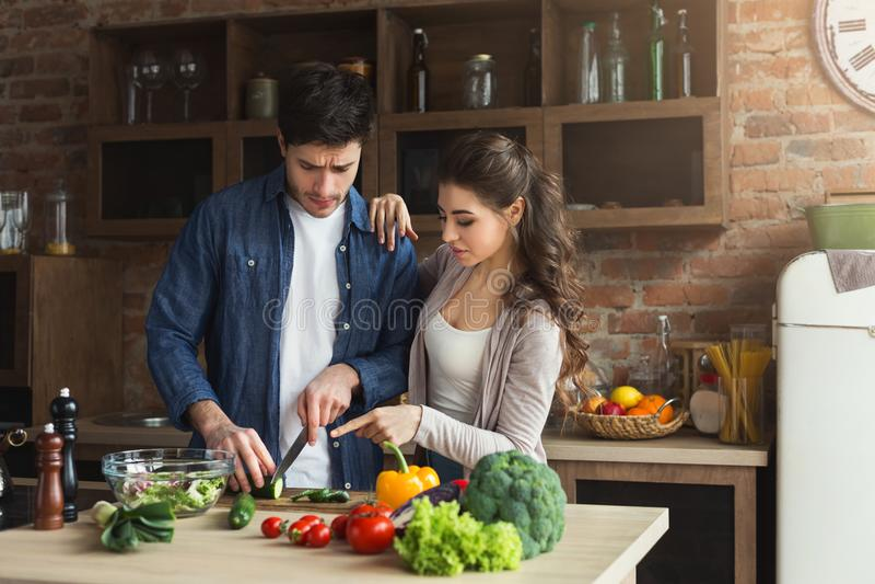 Coppie felici che cucinano insieme cena fotografia stock libera da diritti